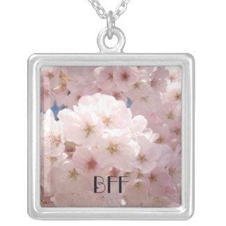Flores cor-de-rosa da flor dos feriados dos colar com pendente quadrado
