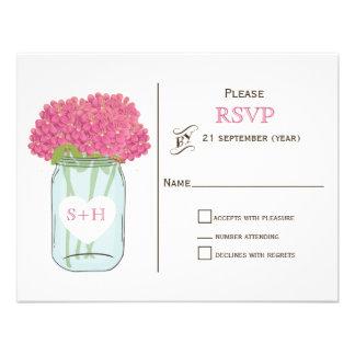 Flores cor-de-rosa no frasco de pedreiro que convites