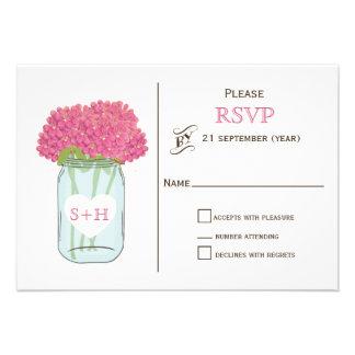 Flores cor-de-rosa no frasco de pedreiro que convite personalizados