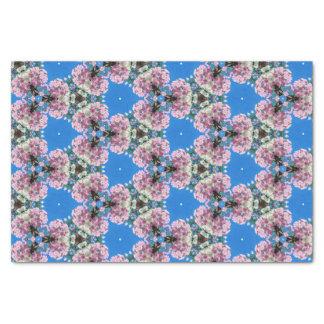 Flores cor-de-rosa no lenço de papel azul do fundo