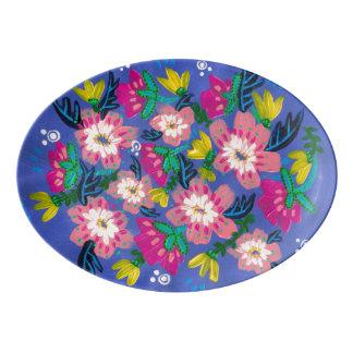 Flores cor-de-rosa que servem a bandeja