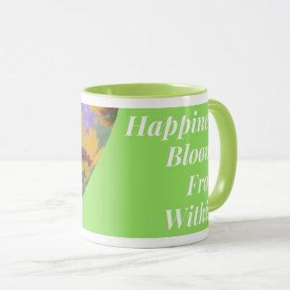 Flores da felicidade de dentro da caneca de café