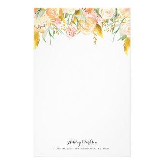 Flores do pêssego com artigos de papelaria da