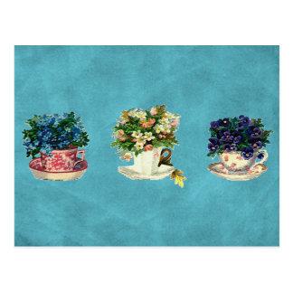 Flores do vintage em uns copos cartão postal