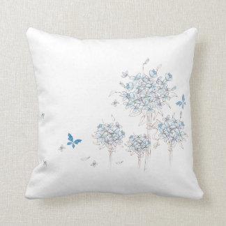 Flores e borboleta azuis almofada