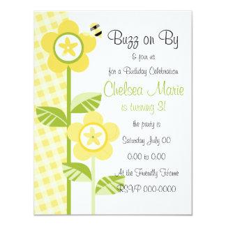 Flores e guingão do botão convite