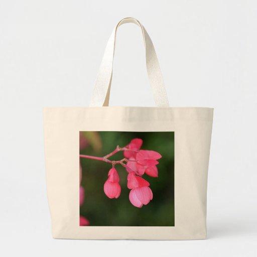 Flores fúcsia alegres para decorar sua vida! bolsa