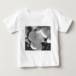 Flores havaianas do Plumeria em preto e branco Camisetas
