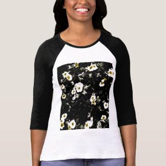 Flores pretas na camisa de T
