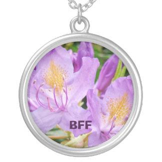 Flores roxas dos rododendros da colar de BFF