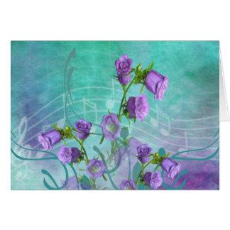 Flores roxas e notas musicais cartao