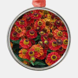Flores vermelhas e alaranjadas do helenium ornamento de metal
