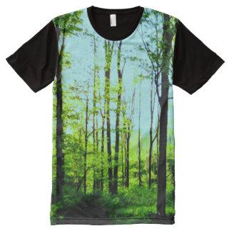 Floresta do céu azul por todo o lado na camisa do