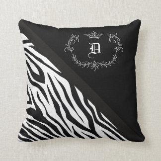 Flourish personalizado da coroa do preto da zebra almofada