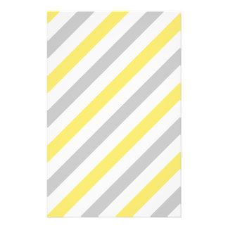 Flyer Teste padrão diagonal cinzento e amarelo das