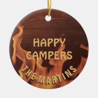 Fogueira de acampamento do campista feliz ornamento de cerâmica