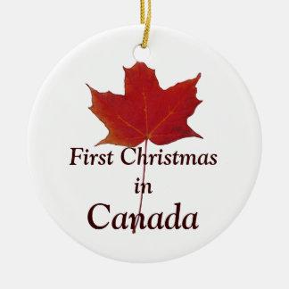 Folha de bordo vermelha - primeiro Natal em Canadá Ornamento De Cerâmica Redondo