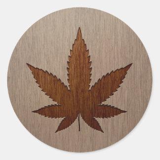 Folha do cannabis gravada no design de madeira adesivo