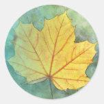 Folha do outono do bordo do sicômoro adesivos redondos