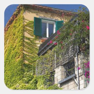 Folhas coloridas na casa adesivo quadrado