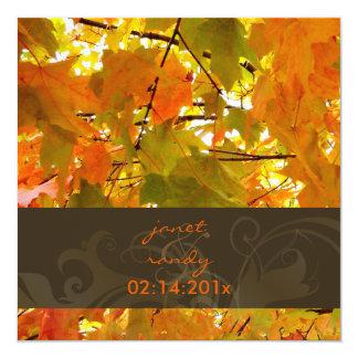 Folhas de bordo/convites dourados do casamento