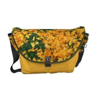 Folhas do amarelo bolsa mensageiro