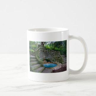 Fonte azul do jardim caneca de café