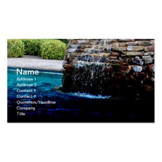 fonte de pedra em uma piscina da em-terra cartão de visita