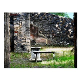 Fonte e banco do mármore do pátio de Pompeia Cartão Postal