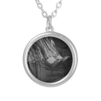 Forma preto e branco colar banhado a prata