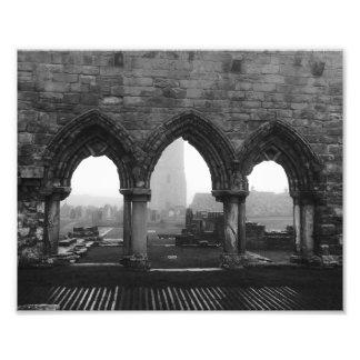 Foto Arcos da catedral de St Andrews na névoa preto e