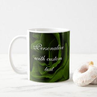 Foto aveludado da flor dos rosas da verde azeitona caneca de café