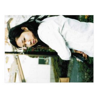 Foto bonito da menina da ação cartao postal
