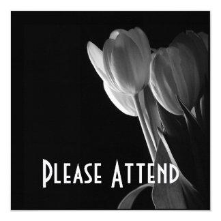 Foto branca das tulipas no fundo preto convite quadrado 13.35 x 13.35cm
