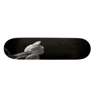 Foto branca das tulipas no fundo preto shape de skate 20,6cm