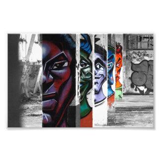 Foto caras dos grafites em uma construção abandonada