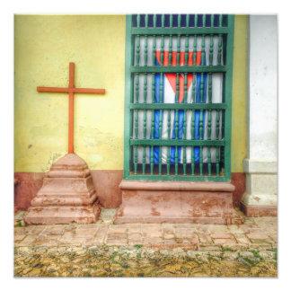 Foto Cruz cubana da bandeira e do católico em Trinidad