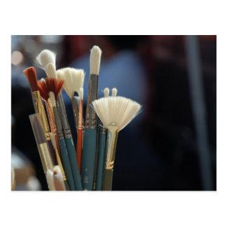 Foto das escovas de pintura do artista cartao postal