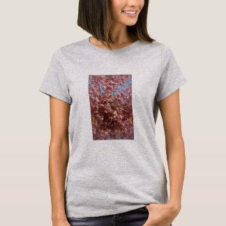 Foto das flores de cerejeira na camiseta das