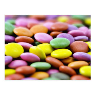 Foto detalhada de bombons coloridos do chocolate cartão postal