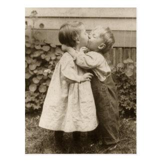 Foto do amor do vintage das crianças que beijam em cartão postal