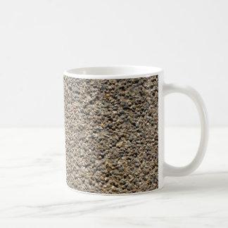 Foto do cascalho & da areia caneca de café
