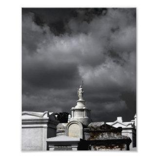 """""""Foto do cemitério de Nova Orleães dos céus escuro Impressão De Foto"""
