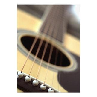 Foto do close up da guitarra acústica convite