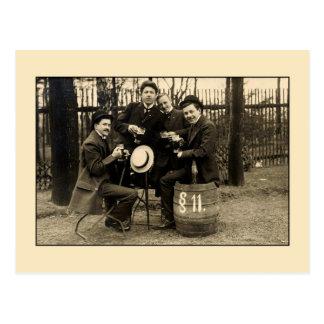 Foto dos amigos do bebendo da cerveja dos 1900s do cartão postal
