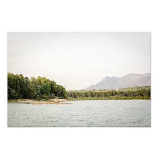 Foto Embandeire o cargo sobre um pilão em um lago