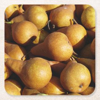 Foto escura da fruta fresca das peras porta-copo de papel quadrado