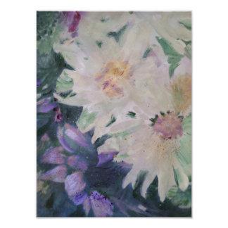 Foto Flores brancas e arranjo roxo