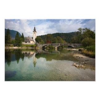 Foto Lago Bohinj com a igreja no impressão de Slovenia