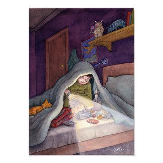 Foto Livro de leitura da criança sob a cobertura com
